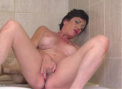 Mature kinky mother Stefania taking bath