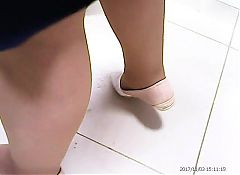 Sexy Mature legs in pantyhose! Amateur hidden cam!