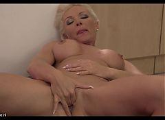 Steamy MILF and mom Krista feeding her vagina