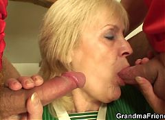 Skinny blonde granny pleases two men