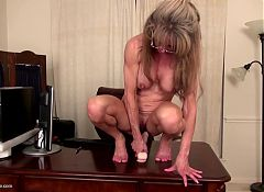Posh American wife and mom with sexy body